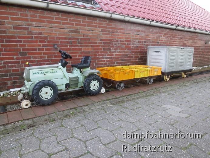 Leichtbau Spielzug für Kinder: 2-Wege Rolly Toys MB trac, Waggons aus Brotkisten, Gartenbox und Kinderwagenräder